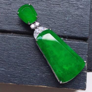 无事牌吊坠,翡翠18K金伴钻镶嵌糯冰种满绿素面牌吊坠