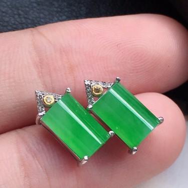 耳饰耳钉,翡翠18K金伴钻镶嵌糯冰种满绿素面牌耳钉