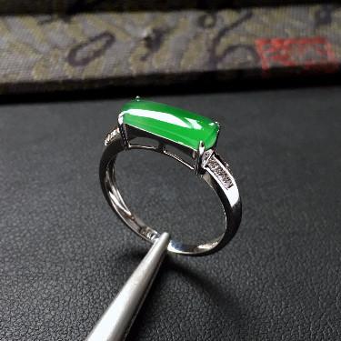 冰种翠色镶白金钻石马鞍戒指