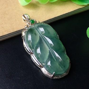 镶白18k金钻石冰种飘蓝花树叶胸坠