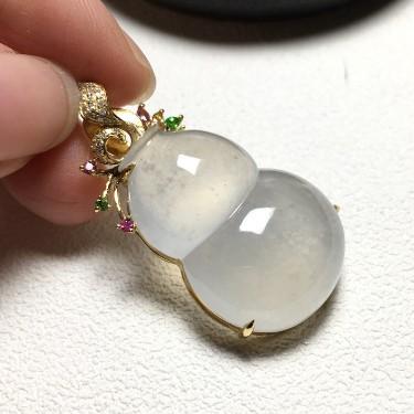 镶黄18K金钻石彩宝冰种无色葫芦胸坠