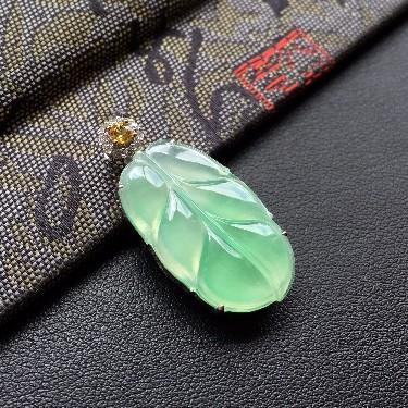 冰种绿晴水镶白金钻石玉叶吊坠