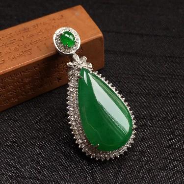 镶白18K金钻石细糯种浓绿水滴形胸坠