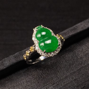 镶白18K金彩宝伴钻糯冰种阳绿葫芦戒指