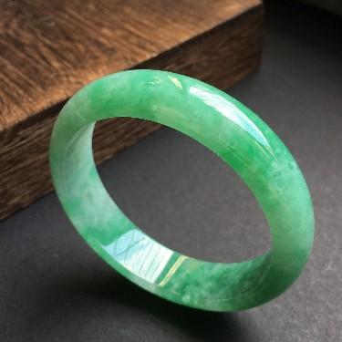 (超值推荐)糯冰种飘绿手镯57mm