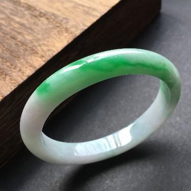 (超值推荐)糯冰种飘阳绿带飘花贵妃镯52.5*44.5mm