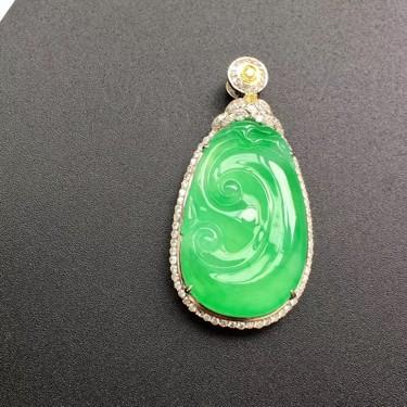 (超值推荐)冰种苹果绿镶白金钻石如意胸坠翡翠