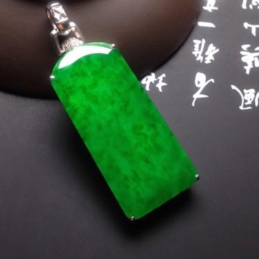 冰种满绿镶白金钻石平安无事牌胸坠翡翠