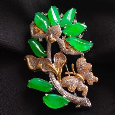 冰种阳绿镶白金钻石随形胸针翡翠