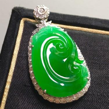 冰种正阳绿镶白金钻石如意胸坠翡翠