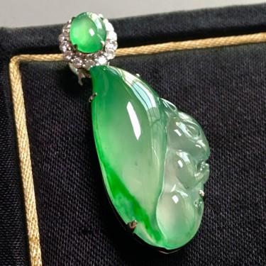 冰玻种飘绿镶白金钻石多子多福胸坠翡翠