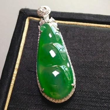 冰种满绿镶白金钻石四季豆胸坠翡翠