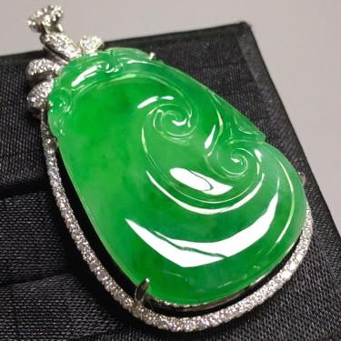 冰种苹果绿镶白金钻石如意胸坠翡翠