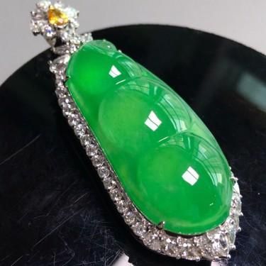 冰种阳绿镶白金钻石四季豆胸坠翡翠