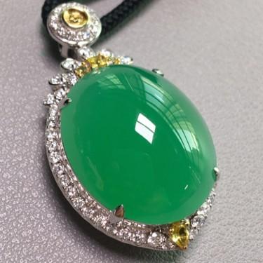 冰种满绿镶白金钻石胸坠翡翠