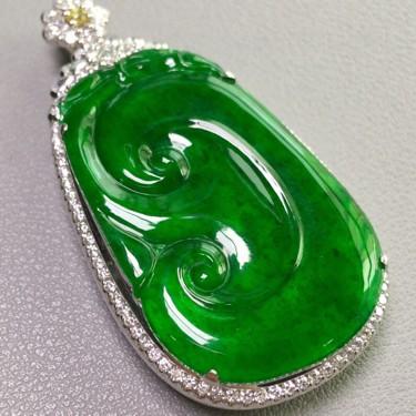 冰种阳绿镶白金钻石如意胸坠翡翠