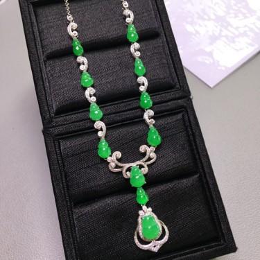 冰种阳绿镶白金钻石葫芦项链翡翠