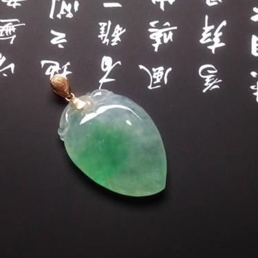 冰種飄綠壽桃掛件翡翠