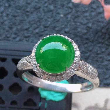 翡翠16圈口18k金伴钻镶嵌细糯种满绿蛋面戒指