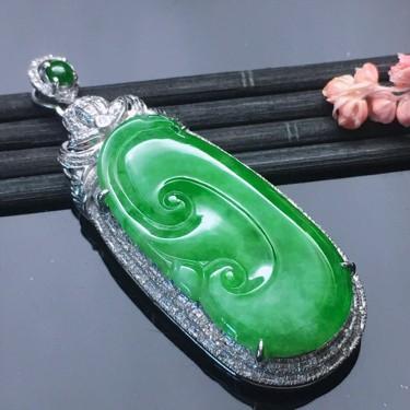 翡翠18k金伴鉆鑲嵌細糯種滿綠如意吊墜