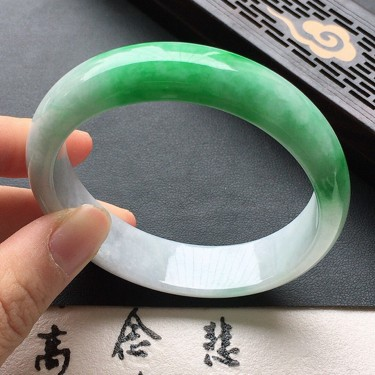 翡翠细糯种淡绿贵妃手镯56mm
