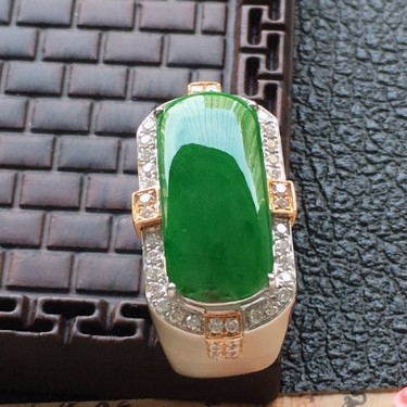 翡翠18圈口18k金伴钻镶嵌细糯种满绿素面牌戒指