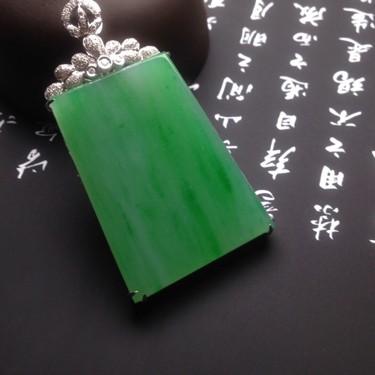 冰种满绿镶白金钻石无事牌胸坠翡翠