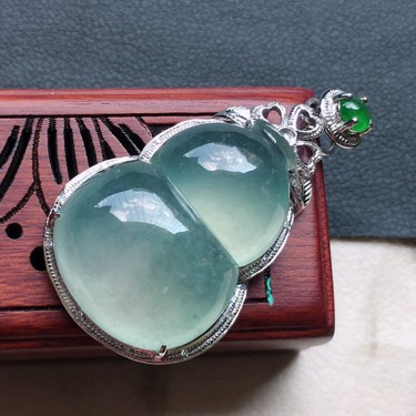 缅甸翡翠冰种蓝水18K金伴钻镶嵌葫芦吊坠