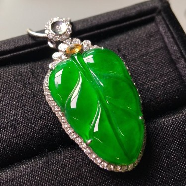 冰种满绿镶白金钻石金枝玉叶胸坠翡翠