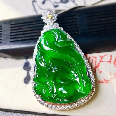 冰种阳绿镶白金钻石聪明伶俐胸坠翡翠