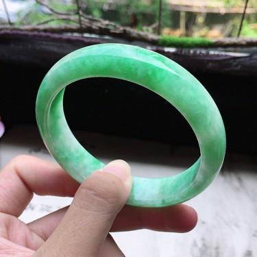 翡翠细糯种带绿正圈手镯57mm