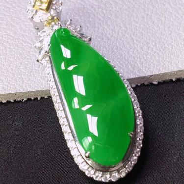 冰種陽綠鑲白金鉆石四季豆胸墜翡翠