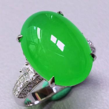 冰玻种翠色镶白金钻石戒指 翡翠