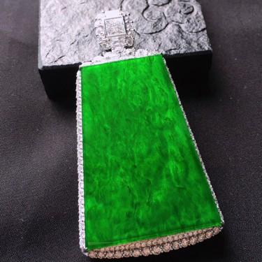 冰種滿綠鑲白金鉆石無事牌胸墜翡翠