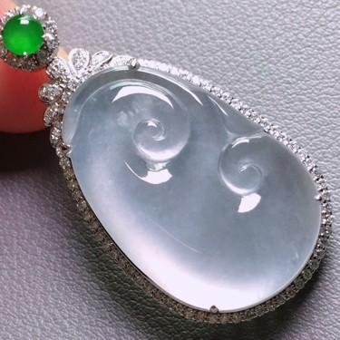 冰玻种淡晴水镶18K白金钻石如意胸坠翡翠
