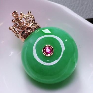 (超值推荐)糯冰种豆色镶18K玫瑰金钻石平安扣胸坠翡翠