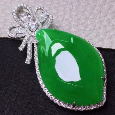 冰种满绿镶18K白金钻石福瓜胸坠翡翠
