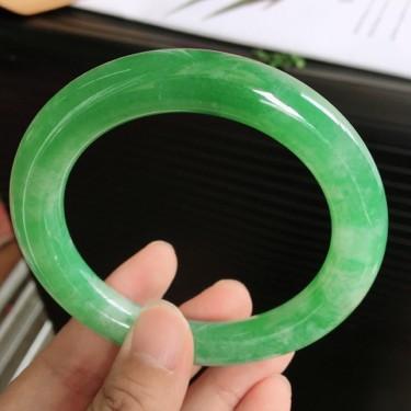 天然翡翠细糯种飘阳绿圆条手镯(57.1m)