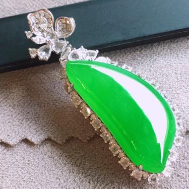 冰种阳绿镶18K白金钻石福瓜胸坠翡翠