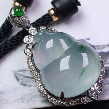 冰种飘花镶18K白金钻石葫芦胸坠翡翠