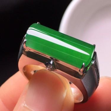 冰种阳绿镶18K白金钻石马鞍戒指翡翠