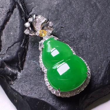 冰种满绿镶18K白金钻石葫芦胸坠翡翠