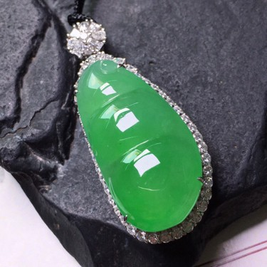 冰种绿晴水镶18K白金钻石福豆胸坠翡翠