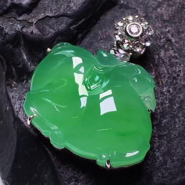 冰玻种绿晴水镶白金钻石马上成功胸坠翡翠