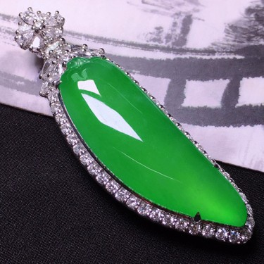 冰玻种阳绿镶白金钻石福瓜挂件翡翠