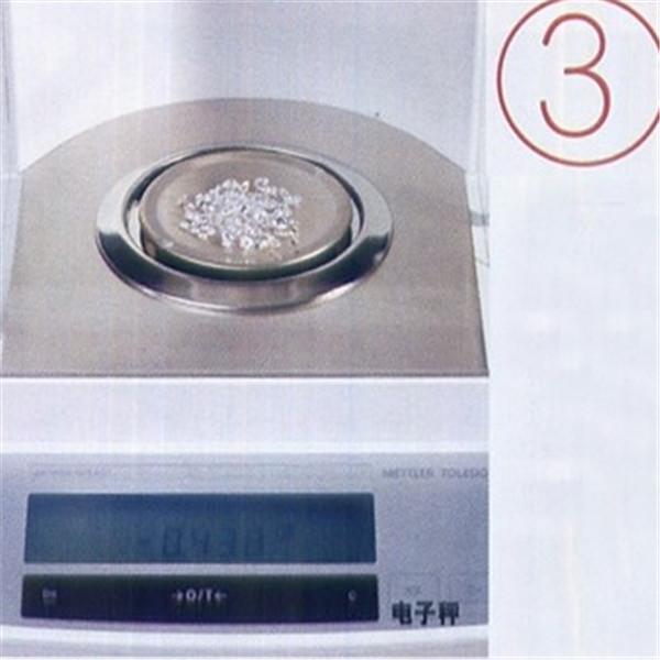 用电子秤测量宝石的重量