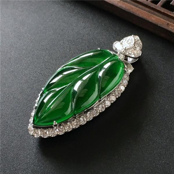 冰玻种正阳绿镶白金钻石金枝玉叶胸坠