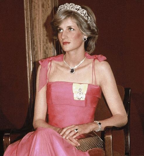 戴安娜王妃佩戴的蓝宝石首饰
