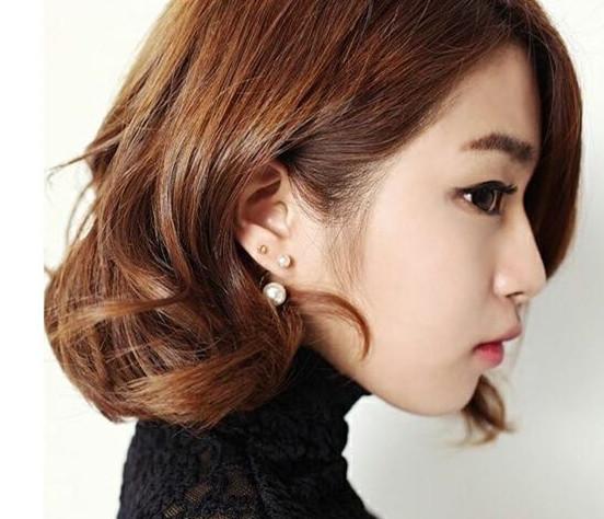 卷发短款bobo头与珍珠耳环的搭配