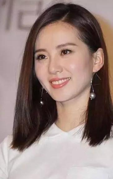 直发中长款bobo头与珍珠耳环的搭配